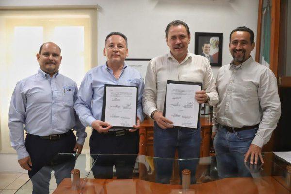 Mtro. Luis Ignacio Zúñiga Bobadilla y Dr. Jaime Alonso Cuevas Tello - Firma de convenio UNIVA Puerto Vallarta y H. Ayuntamiento de Bahía de Banderas (2)
