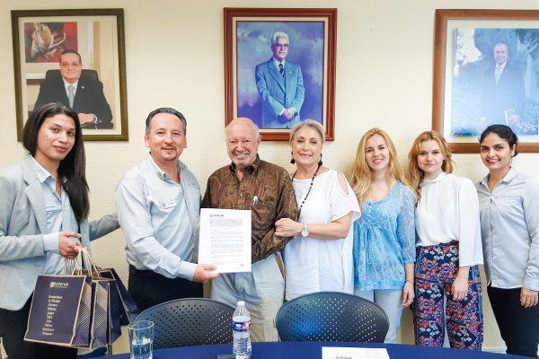Equipo de vinculación UNIVA y A.C Becas Vallarta - Luis Zúñiga (izquierda) - Maria Elena Prieto Bustelo representante de Becas Vallarta (derecha)
