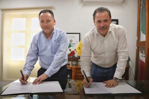 Mtro. Luis Ignacio Zúñiga Bobadilla y Dr. Jaime Alonso Cuevas Tello - Firma de convenio UNIVA Puerto Vallarta y H. Ayuntamiento de Bahía de Banderas (1)